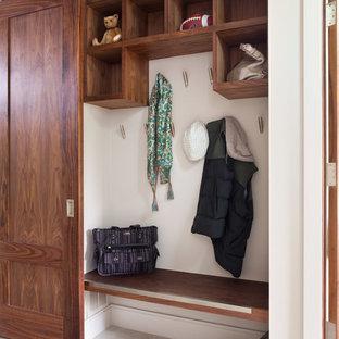デンバーの中サイズのコンテンポラリースタイルのおしゃれな玄関 (白い壁、トラバーチンの床) の写真