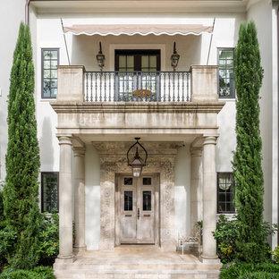 На фото: входная дверь с двустворчатой входной дверью и входной дверью из светлого дерева с