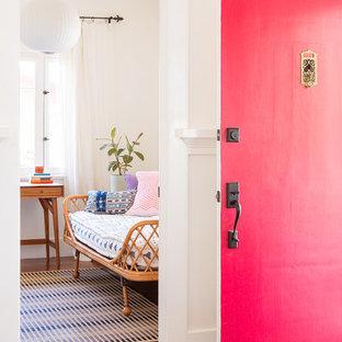 Idéer för att renovera en amerikansk entré, med vita väggar, mörkt trägolv, en enkeldörr, en röd dörr och brunt golv