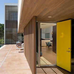 Ispirazione per una porta d'ingresso minimalista con una porta singola e una porta gialla