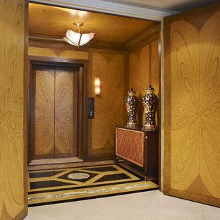Foto på en stor funkis farstu, med marmorgolv, en dubbeldörr och mellanmörk trädörr