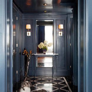 Idéer för en liten klassisk hall, med marmorgolv, blå väggar och en enkeldörr