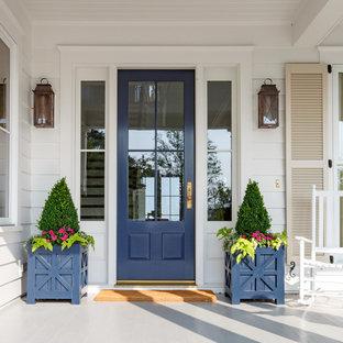 Foto de puerta principal de estilo de casa de campo, de tamaño medio, con paredes blancas, suelo de madera pintada, puerta simple, puerta azul y suelo gris