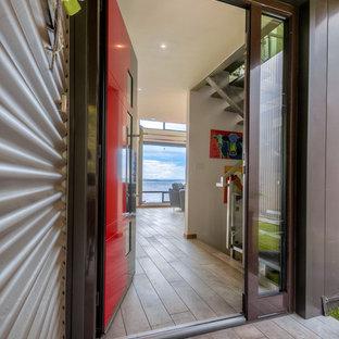 Ejemplo de puerta principal moderna, grande, con paredes blancas, suelo de madera clara, puerta simple, puerta roja y suelo gris