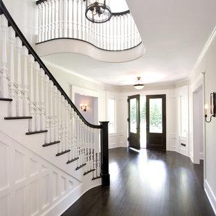 Источник вдохновения для домашнего уюта: большое фойе в классическом стиле с двустворчатой входной дверью, серыми стенами, темным паркетным полом, входной дверью из темного дерева и коричневым полом