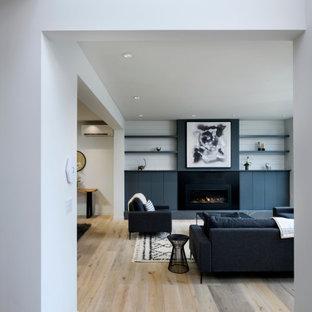 Стильный дизайн: фойе среднего размера в современном стиле с белыми стенами, полом из керамической плитки, одностворчатой входной дверью, черной входной дверью, серым полом и сводчатым потолком - последний тренд