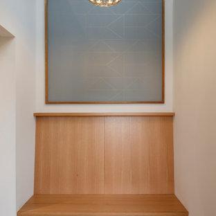 На фото: фойе среднего размера в современном стиле с белыми стенами, полом из керамической плитки, одностворчатой входной дверью, черной входной дверью, серым полом, сводчатым потолком и обоями на стенах с