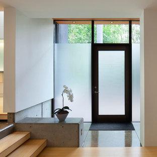 Ejemplo de distribuidor actual, de tamaño medio, con paredes blancas, suelo de bambú, puerta simple y puerta de vidrio