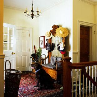 Réalisation d'une entrée tradition avec un vestiaire et un mur beige.