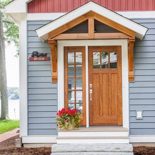 Aménagement d'une porte d'entrée classique de taille moyenne avec une porte simple et une porte en bois brun.