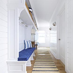 Diseño de vestíbulo posterior marinero, de tamaño medio, con paredes blancas y suelo de madera clara