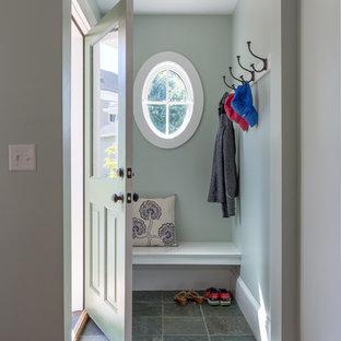 Imagen de distribuidor marinero, pequeño, con paredes verdes, suelo de pizarra, puerta simple y puerta verde
