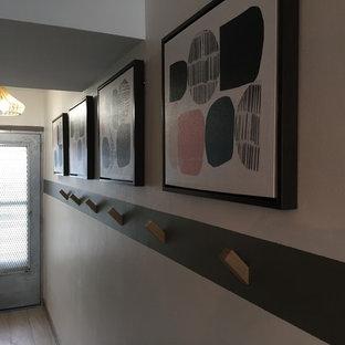 Bild på en liten funkis hall, med vita väggar, linoleumgolv och grått golv