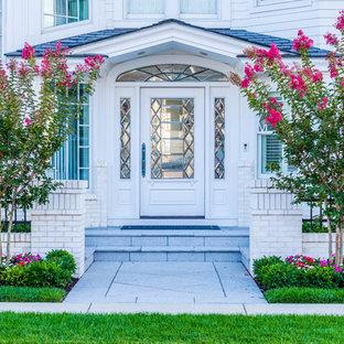Esempio di un ingresso o corridoio stile marino con pareti bianche, una porta singola e una porta bianca