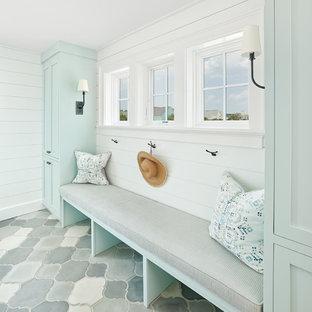 Diseño de vestíbulo posterior marinero con paredes blancas y suelo gris