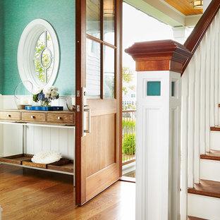 Exempel på en mellanstor maritim foajé, med gröna väggar, mellanmörkt trägolv, en enkeldörr, mellanmörk trädörr och brunt golv