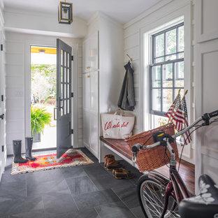 Exempel på ett maritimt kapprum, med vita väggar, en enkeldörr, en grå dörr och grått golv