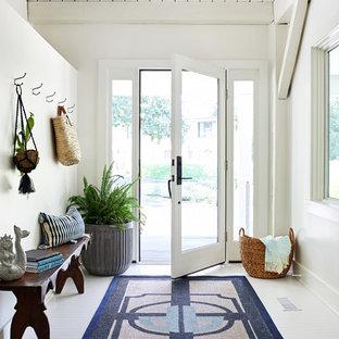Imagen de distribuidor marinero con paredes blancas, suelo de madera pintada, puerta simple, puerta de vidrio y suelo blanco