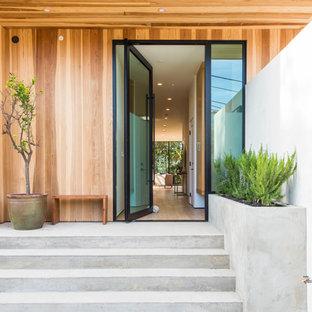 Стильный дизайн: входная дверь в морском стиле с поворотной входной дверью и стеклянной входной дверью - последний тренд