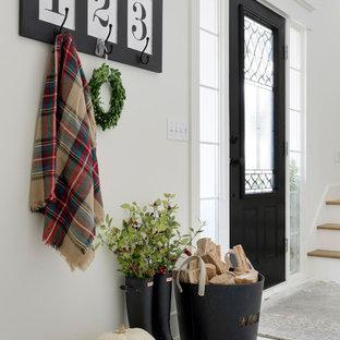 ミネアポリスのカントリー風おしゃれな玄関ドア (白い壁、塗装フローリング、白い床) の写真