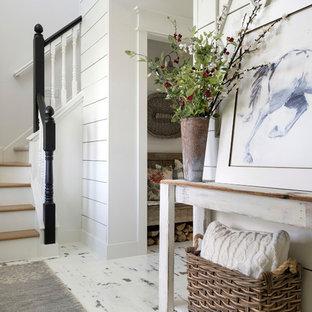 Idee per una porta d'ingresso country con pareti bianche, pavimento in legno verniciato e pavimento bianco