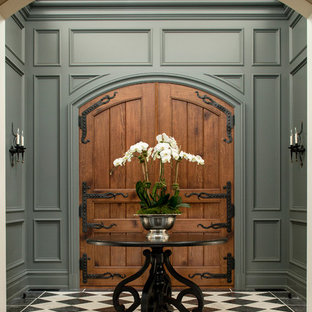 Inspiration pour une porte d'entrée traditionnelle avec une porte double, une porte en bois brun et un mur gris.