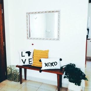 Idéer för en liten modern ingång och ytterdörr, med vita väggar, klinkergolv i keramik, en enkeldörr, mörk trädörr och gult golv