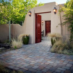 Выдающиеся фото от архитекторов и дизайнеров интерьера: большая входная дверь в стиле фьюжн с красными стенами, двустворчатой входной дверью, красной входной дверью и разноцветным полом