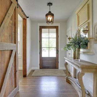ミネアポリスの片開きドアシャビーシック調のおしゃれな玄関 (濃色無垢フローリング) の写真
