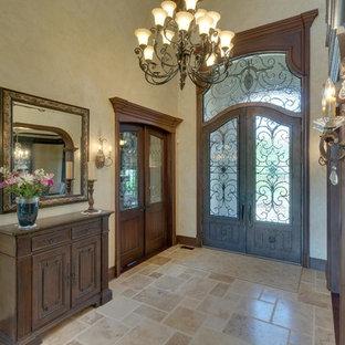 デトロイトの広い両開きドアトラディショナルスタイルのおしゃれな玄関ドア (ベージュの壁、トラバーチンの床、濃色木目調のドア、ベージュの床) の写真
