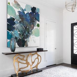 Réalisation d'un très grand hall d'entrée tradition avec un mur blanc, un sol en carrelage de céramique, une porte double, une porte métallisée et un sol bleu.