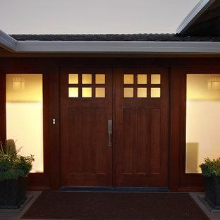 Modelo de puerta principal de estilo zen, grande, con paredes grises, suelo de madera pintada, puerta doble y puerta de madera en tonos medios