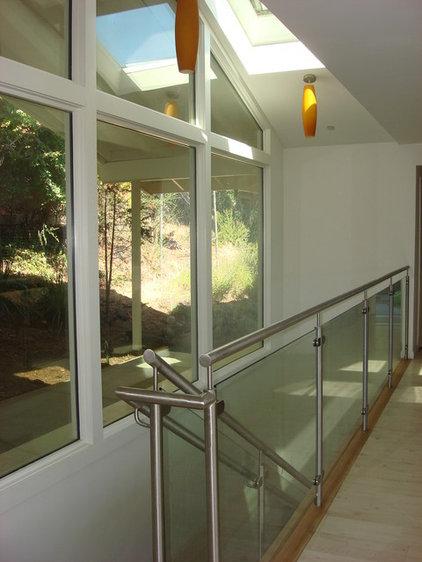 Modern Entry by DANIEL HUNTER AIA Hunter architecture ltd.