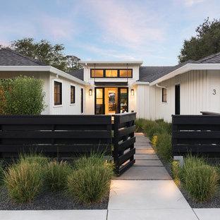 Idéer för lantliga ingångspartier, med vita väggar, betonggolv, en enkeldörr, mellanmörk trädörr och grått golv