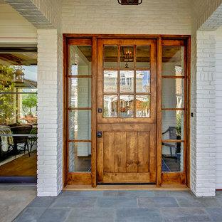 Ejemplo de puerta principal campestre, de tamaño medio, con paredes blancas, suelo de pizarra, puerta tipo holandesa, puerta de madera en tonos medios y suelo gris