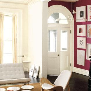 モントリオールの広い両開きドアコンテンポラリースタイルのおしゃれな玄関ロビー (ピンクの壁、濃色無垢フローリング、白いドア) の写真
