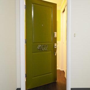 Imagen de puerta principal asiática, pequeña, con paredes verdes, suelo vinílico, puerta simple y puerta verde