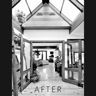 Inspiration för mellanstora rustika foajéer, med vita väggar, ljust trägolv, en dubbeldörr, mörk trädörr och flerfärgat golv