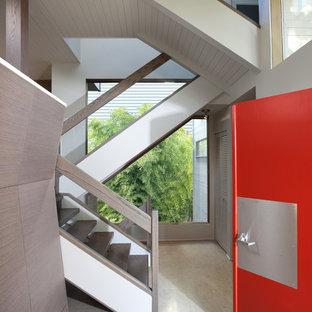 Свежая идея для дизайна: прихожая в современном стиле с красной входной дверью - отличное фото интерьера