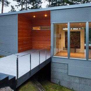 Idéer för mellanstora funkis ingångspartier, med en enkeldörr, vita väggar och ljust trägolv
