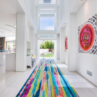 Foto på en stor funkis ingång och ytterdörr, med vita väggar, travertin golv, glasdörr och en enkeldörr