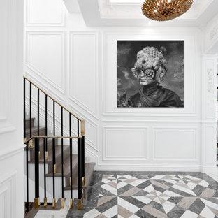バンクーバーの中くらいの片開きドアコンテンポラリースタイルのおしゃれな玄関ロビー (白い壁、磁器タイルの床、マルチカラーの床、格子天井、壁紙) の写真