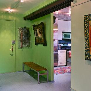 Stilmix Eingang mit grüner Wandfarbe und gebeiztem Holzboden in New York