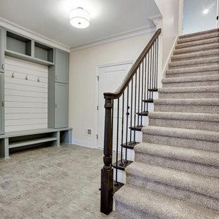 Diseño de vestíbulo posterior tradicional, grande, con paredes beige, suelo laminado, puerta simple, puerta blanca y suelo gris
