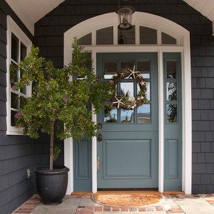 Modelo de puerta principal clásica, de tamaño medio, con puerta simple y puerta azul