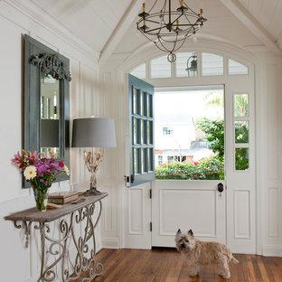 Immagine di un ingresso o corridoio classico con una porta olandese