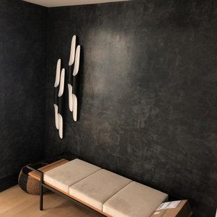 Неиссякаемый источник вдохновения для домашнего уюта: фойе среднего размера в стиле модернизм с желтыми стенами, полом из бамбука, одностворчатой входной дверью, коричневой входной дверью и бежевым полом