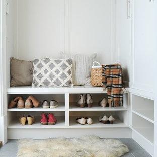 Idéer för att renovera en liten funkis entré, med vita väggar, laminatgolv och grått golv