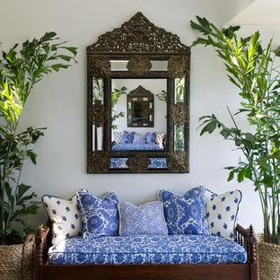 Immagine di un ingresso o corridoio tropicale con pareti bianche
