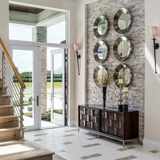 マイアミの広い両開きドアトランジショナルスタイルのおしゃれな玄関ロビー (ベージュの壁、ガラスドア、白い床、磁器タイルの床) の写真